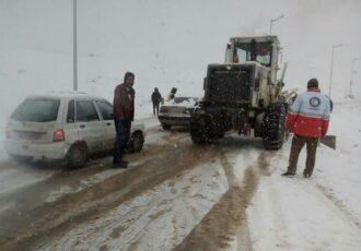 امدادرسانی به خودروهای گرفتار در برف محور سیاهکل به دیلمان