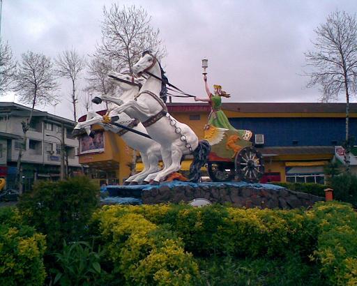 مجسمه شهر فومن در انتظار دستان مهربان و خوش نقش و رنگ استا د شیروانی