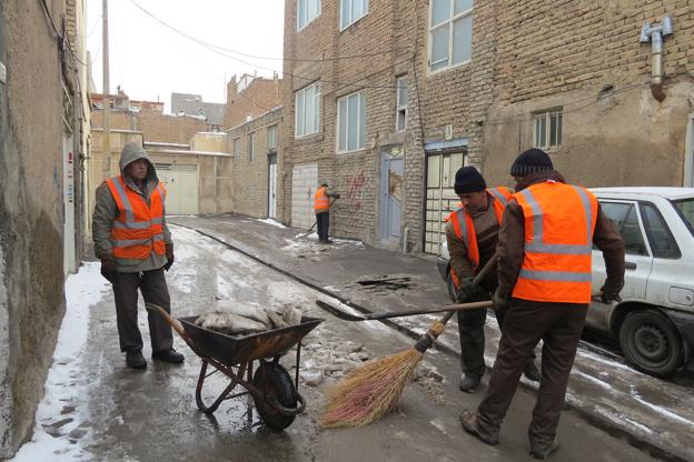 هدایت برف های دپو شده سطح شهر رشت به خارج از شهر