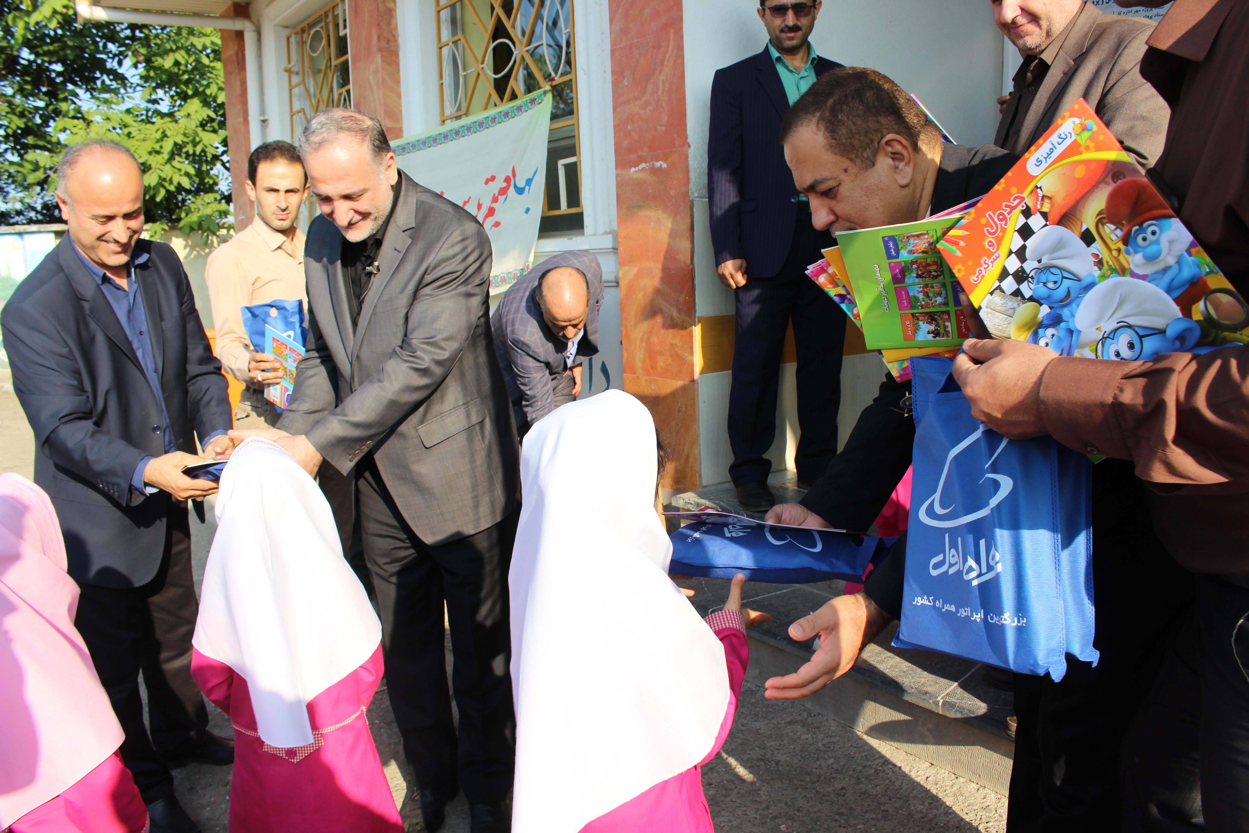 لبخندی که مدیر کل مخابرات گیلان با یک پکیج مدرسه ای بر لب کودکان روستای بوئین نشاند