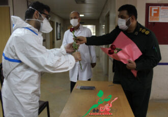 غوغای استقلالی و پرسپولیسی در میان کادر سلامت بیمارستان امام حسن مجتبی(ع) با اهداء ۲۰۰ شاخه گل رز قرمز و آبی