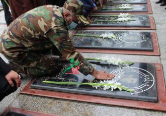وقتی جانشین فرمانده نیروی زمینی ارتش در فومن ،خاک مزار همرزم شهیدش را سرمه چشمانش کرد