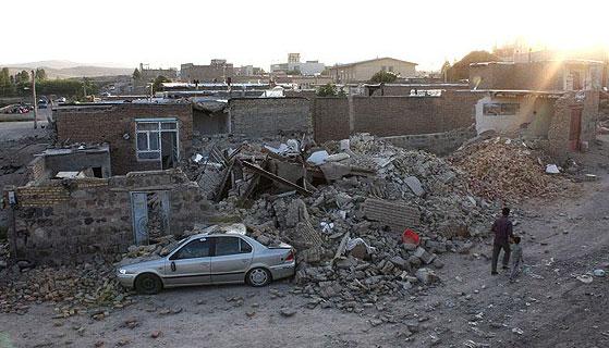 زلزله ۶ ریشتری مردم کرمان را به خیابان ها کشاند /مسدود شدن برخی راههای روستایی /ازدحام در پمپ های بنزین و جایگاه های عرضه گاز CNG