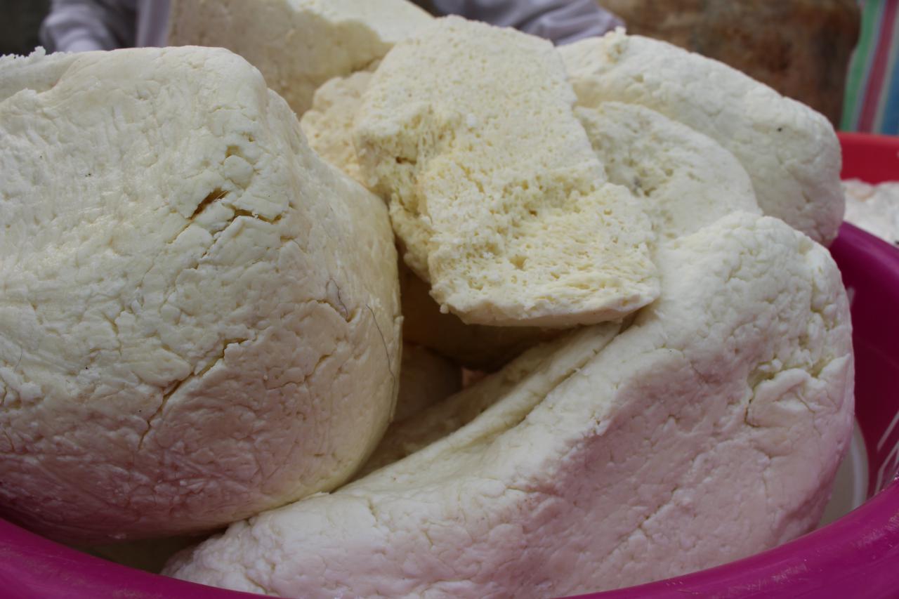 کشف و توقیف ۷۰۰ کیلو پنیر غیر بهداشتی در بازار پیر سرا رشت