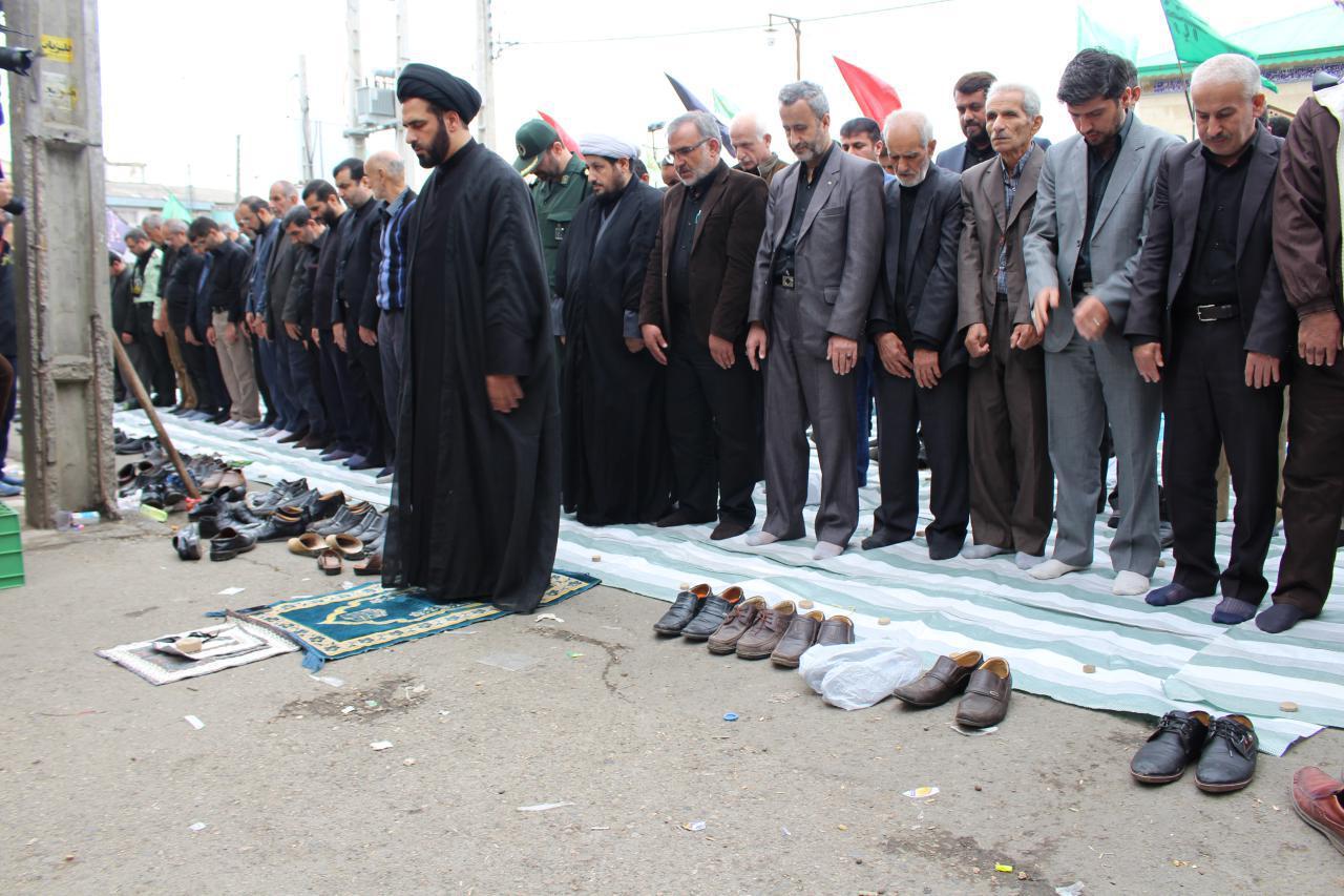 برپایی نماز ظهر عاشورا با حضور عاشقان حسینی در خیابان اصلی شهرستان شفت+تصاویر