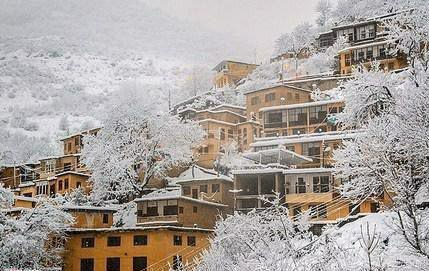بارش شدید برف در ماسوله /شهرک تاریخی ماسوله از سوی شهرداری برف روبی شد / شهرداری ماسوله برای خدمت رسانی در حال آماده باش است