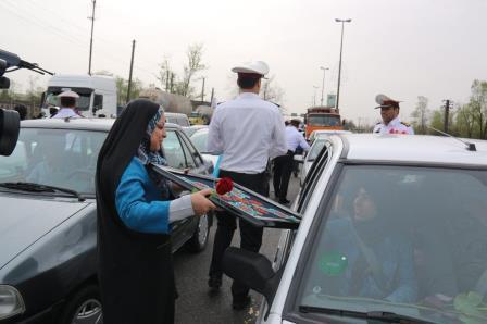 اهدای گل و هدیه صنایع دستی رشتی با ترویج حمایت از کالای ایرانی به اولین مسافران نوروزی به شهر خلاق